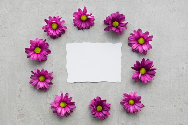 Kwiatowa ramka z czystym arkuszem papieru