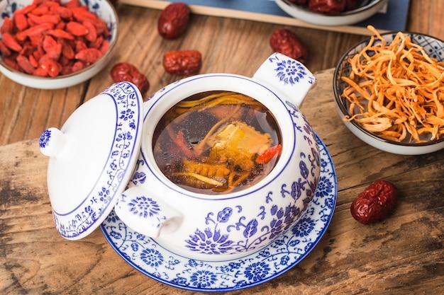 Kwiatowa zupa wieprzowa z kością cordyceps