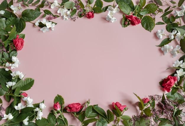 Kwiatowe tło ze świeżymi naturalnymi kwiatami na krawędziach miejsca kopiowania.