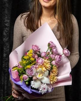 Kwiatowy bukiet róż akacjowych