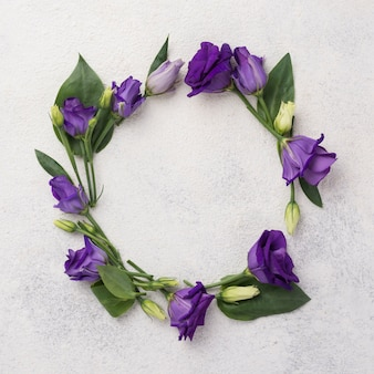 Kwiatowy wreatch na stole