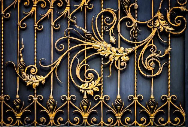 Kwiatowy wzór dekoracyjny, kuty z metalu.