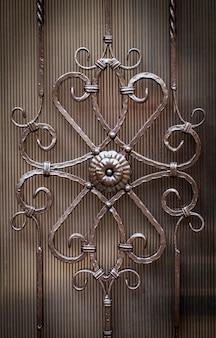 Kwiatowy wzór dekoracyjny wykuty z metalu