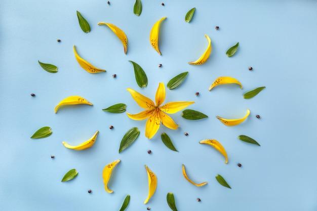 Kwiatowy wzór żółtych płatków lilii i zielonych liści