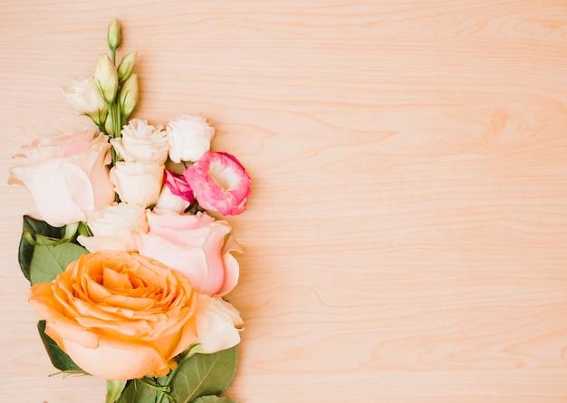 Kwiatu bukiet na drewnianym tle