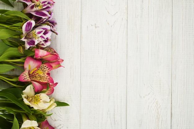 Kwiatu wystrój na drewnianym tle