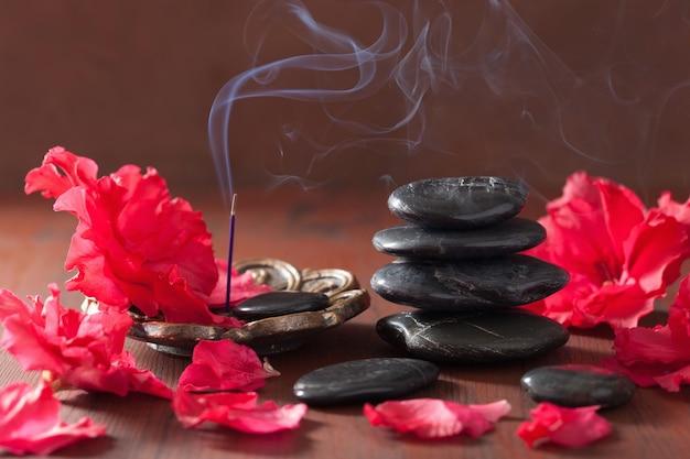 Kwiaty azalii czarne kamienie do masażu kadzidełka do aromaterapii spa