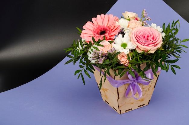 Kwiaty, bukiet w stylowym drewnianym pudełku