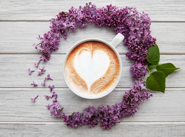 Kwiaty bzu i filiżankę kawy