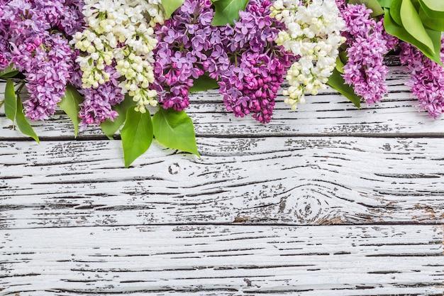 Kwiaty bzu na powierzchni drewnianych