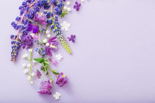 Kwiaty fioletowe, niebieskie, różowe na papierze