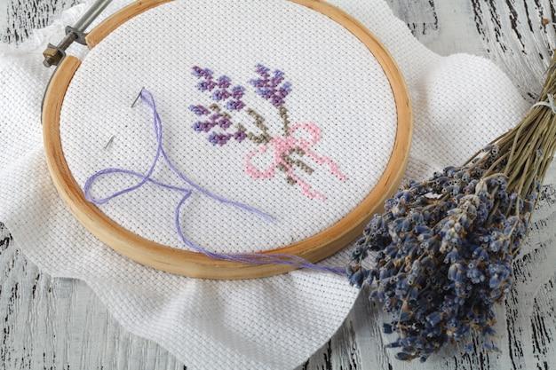 Kwiaty haftu. akcesoria do szycia płótno, obręcz, mulina nitkowa. robótki. haft ręczny