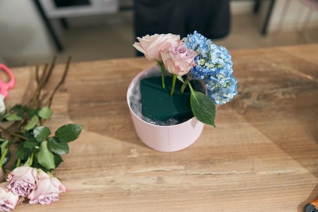 Kwiaty i bukiety w nowoczesnej lekkiej kwiaciarni