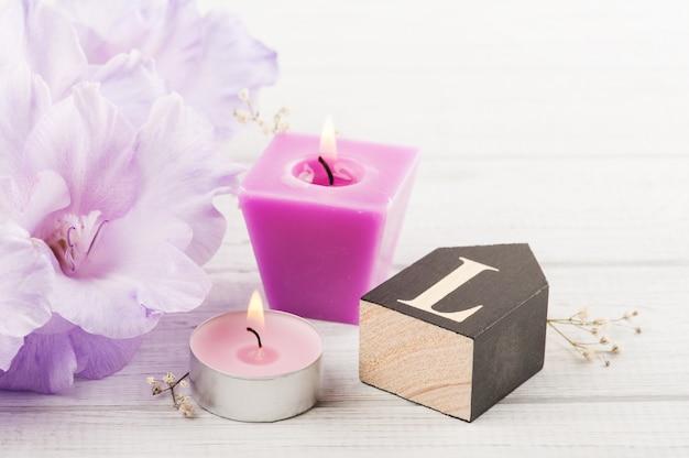 Kwiaty i drewniane litera l na białym stole