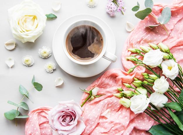Kwiaty i filiżanka kawy