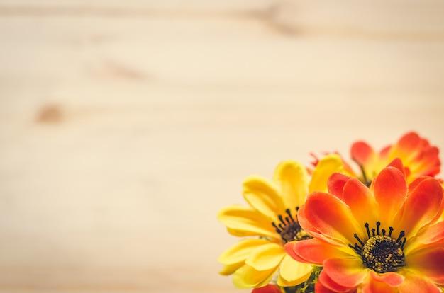 Kwiaty i garnek na biurku. vintage ton