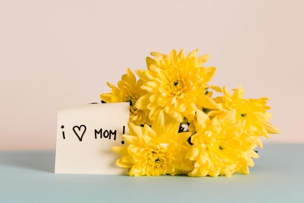 Kwiaty i karta gratulacyjna kocham mamę