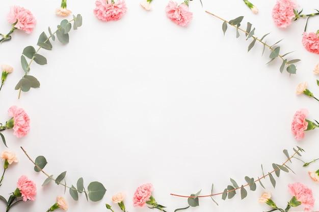 Kwiaty i kompozycja eucaliptus.