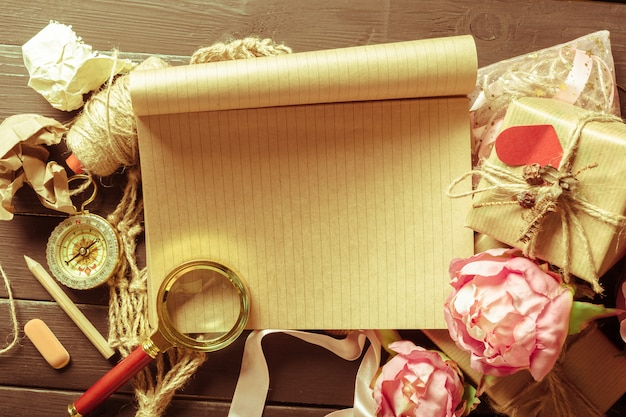 Kwiaty i notatnik na drewnianym