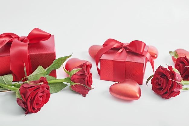 Kwiaty i pudełka na prezenty na białym tle