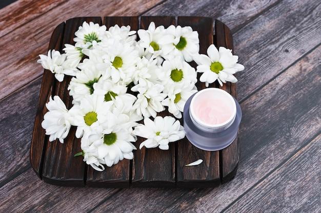 Kwiaty i zdrowie. pojęcie medycyny naturalnej. eko medycyna. naturalny kosmetyk.