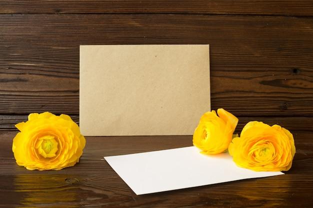 Kwiaty jaskier i biały papier.