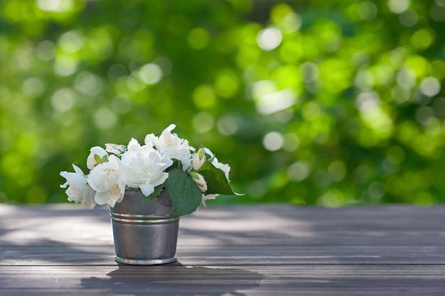 Kwiaty jaśminu w metalowym wazonie