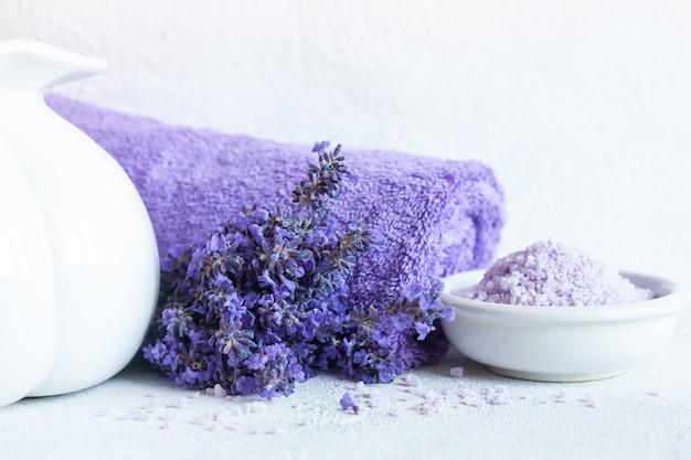 Kwiaty lawendy, aromatyczna sól morska i ręczniki