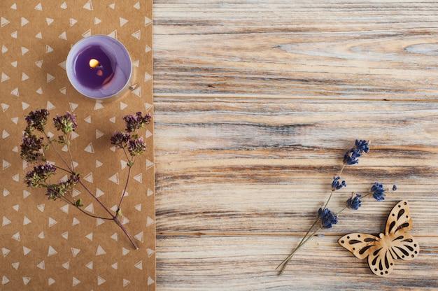 Kwiaty lawendy, fioletowa świeca, motyl