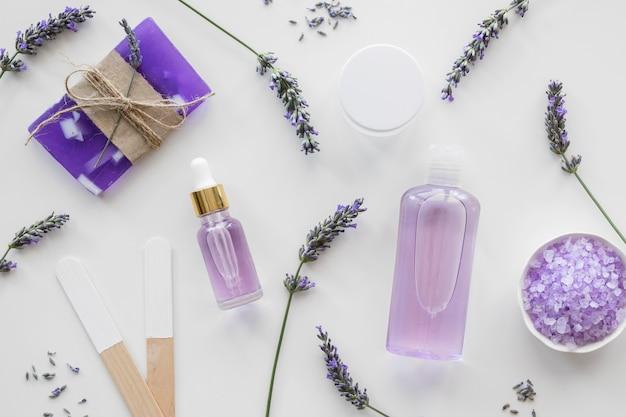Kwiaty lawendy i produkty ekologiczne