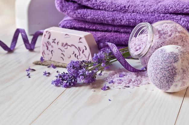 Kwiaty lawendy, mydło, aromatyczna sól morska i ręczniki.