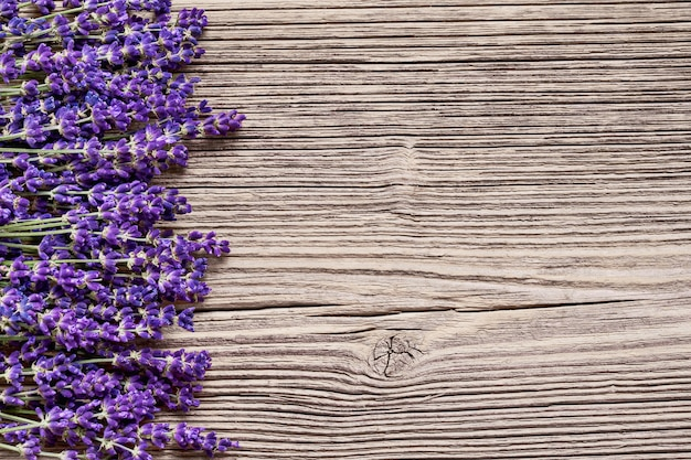 Kwiaty lawendy na podłoże drewniane.