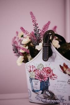 Kwiaty lawendy w domowej roboty koszu na różowym tle, wystrój domu,