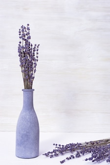 Kwiaty lawendy w niebieskiej szklanej butelce, koncepcja spa, aromaterapia, miejsce na kopię