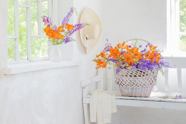 Kwiaty lilii i łubinu w białym wnętrzu vintage