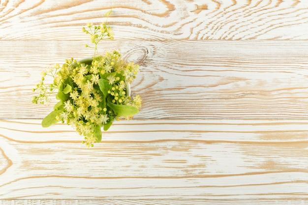 Kwiaty lipy na drewnianych detalach