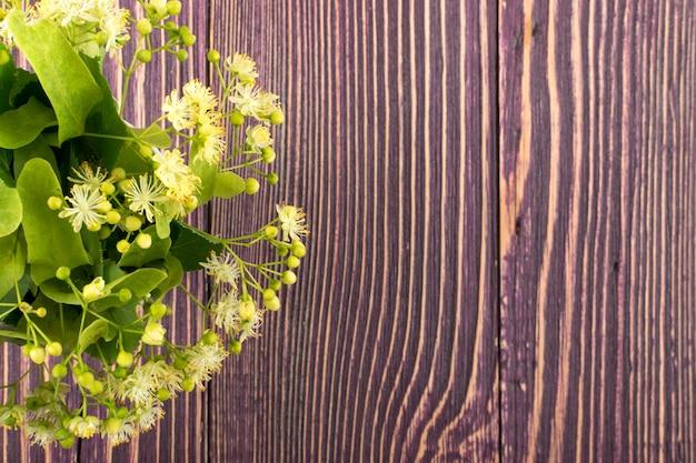 Kwiaty lipy na makiecie drewnianych detali