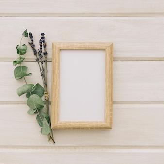 Kwiaty, liście i drewniana rama