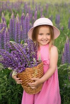 Kwiaty, łubin purpurowy, dziewczyna o niebieskich oczach