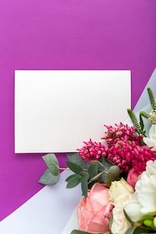 Kwiaty makiety karty podarunkowej. karta z gratulacjami w bukiet róż, tulipanów, eukaliptusa na fioletowym tle.