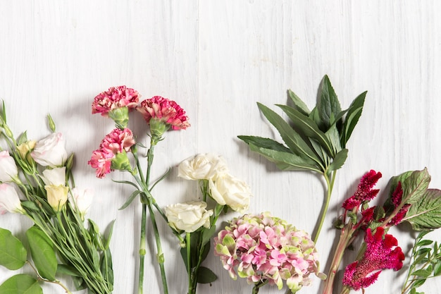 Kwiaty na białym drewnianym stole