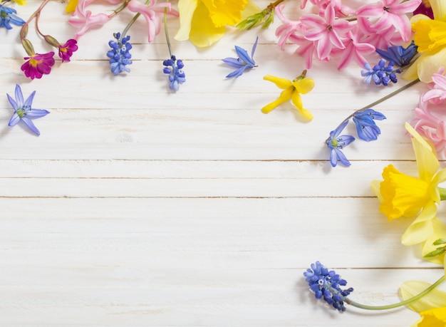 Kwiaty na białym drewnianym tle