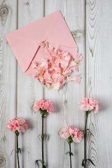 Kwiaty na białym tle. płaski lay, widok z góry