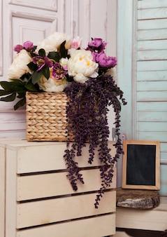 Kwiaty na drewnianym pudełku