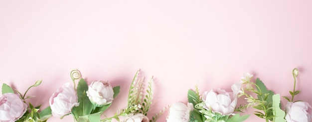 Kwiaty na jasnoróżowym banerze w tle