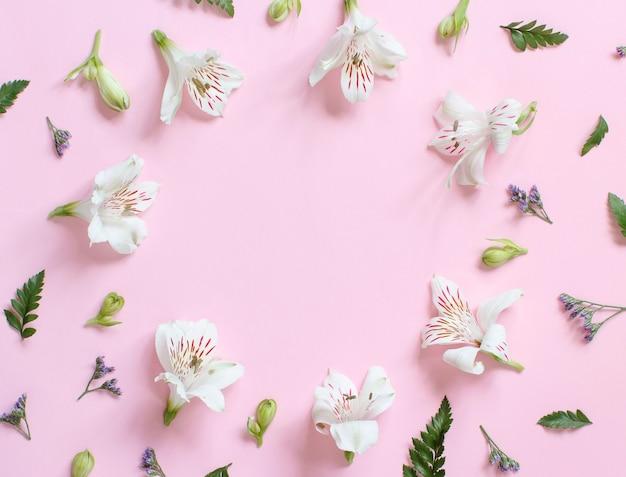 Kwiaty na jasnoróżowym tle widok z góry