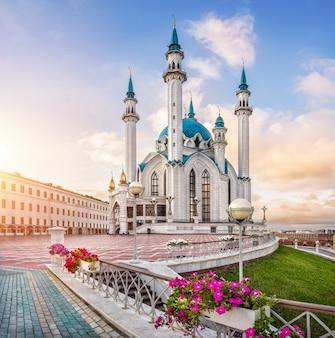 Kwiaty na kremlu kazańskim wokół meczetu kul szarif w promieniach wschodzącego słońca