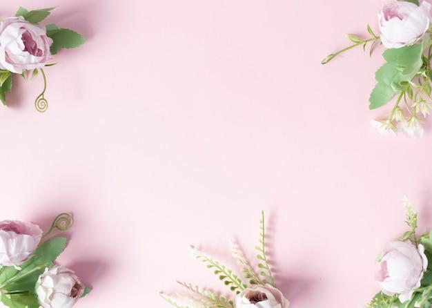 Kwiaty na różowym tle ułożone liniowo od dołu.