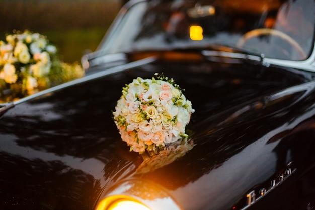 Kwiaty na starym samochodzie retro