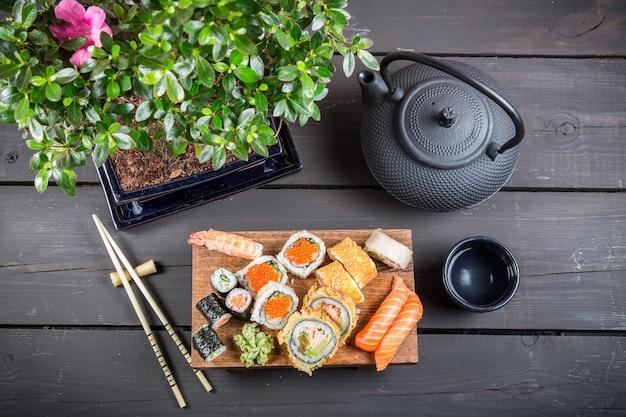 Kwiaty na stole z sushi, widok z góry